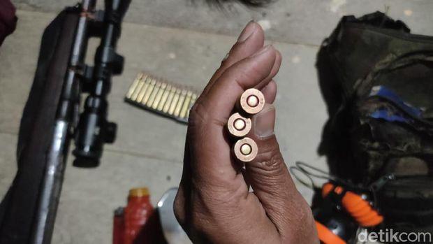 Personel TNI menemukan 1 pucuk senpi laras panjang rakitan di dekat Bandara Bilorai, Sugapa, Intan Jaya, Papua, usai terjadi kontak tembak (dok Kogabwilhan III)
