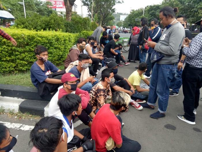 Polisi mengamankan puluhan remaja yang akan ikut demo buruh di Jalan Pahlawan, Semarang, Senin (12/10/2020).