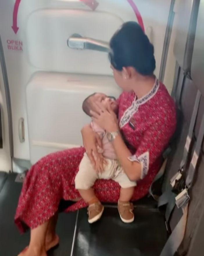 Pramugari tenangkan bayi di pesawat