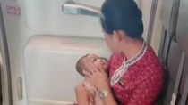 Video Pramugari Lion Air Tenangkan Bayi di Pesawat Tuai Pujian Netizen