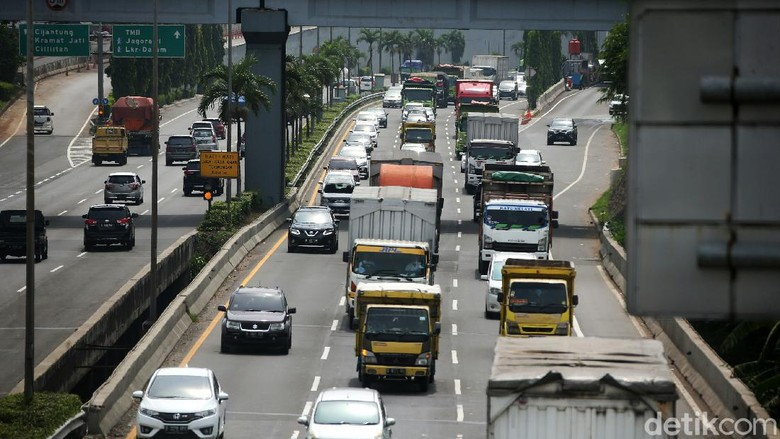 Jalan TOl JORR sempat lengang beberapa pekan di masa pemberlakuan PSBB ketat. Namun kini jalan tol JORR, Senin (12/10/2020), terlihat kembali ramai kendaraan saat Pemprov DKi Jakarta kembali memberlakukan PSBB Transisi.