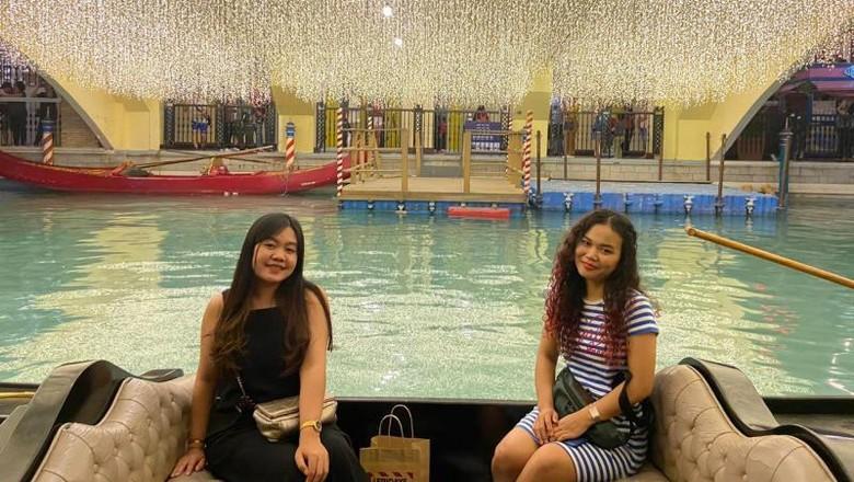 Menikmati naik gondola bak di kanal Venisia ternyata bisa dinikmati di Manila. Begini keseruannya.