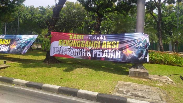 Spanduk KAMI Terbukti Tunggangi Aksi Demo Buruh & Pelajar di Jl Medan Merdeka Barat