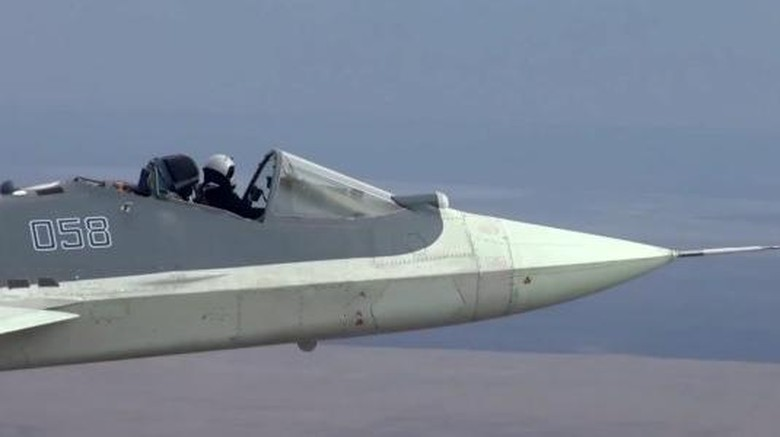 Pesawat sukhoi yang diterbangkan tanpa kanopi jendela.