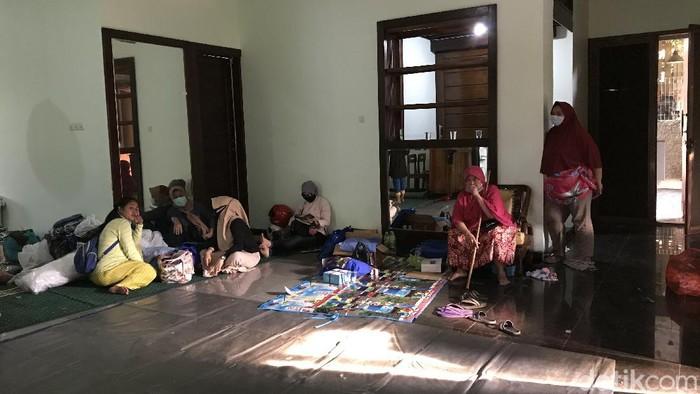 Warga Ngungsi Imbas Banjir dan Longsor Ciganjur