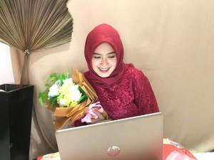 Cerita Wanita yang Tetap Cetar Makeup dan Berkebaya Saat Wisuda Online