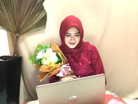 Yasinta Dara Permata yang tetap memakai kebaya dan makeup saat wisuda online
