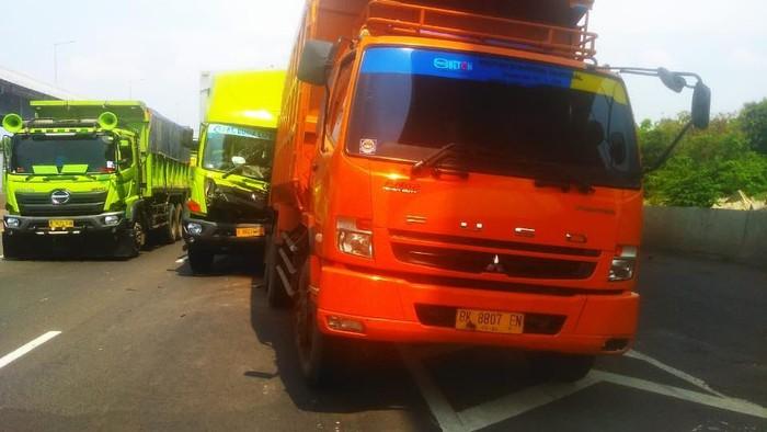 2 Truk Kecelakaan di Km 39 Tol Cikampek arah Jakarta
