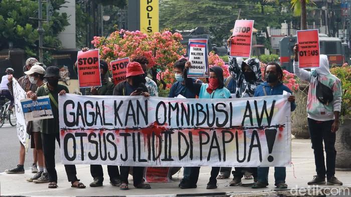 Puluhan masa yang tergabung dalam Komite Rakyat untuk Demokrasi menggelar aksi tolak UU Omnibus Law Cipta Kerja dan cabut Otonomi Khusus (Otsus) Jilid II Papua.