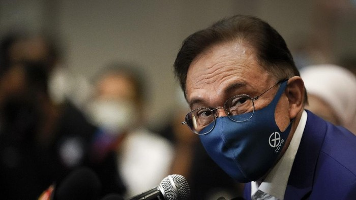 "Malaysian opposition leader Anwar Ibrahim, wearing a face mask to help curb the spread of the coronavirus, prepares for a press conference after meeting the king in Kuala Lumpur, Malaysia, Tuesday, Oct. 13, 2020. Anwar said he would present the monarch with ""strong and convincing"" documentary evidence of the support he has from lawmakers, which would allow him to unseat Prime Minister Muhyiddin Yassin. (AP Photo/Vincent Thian)"