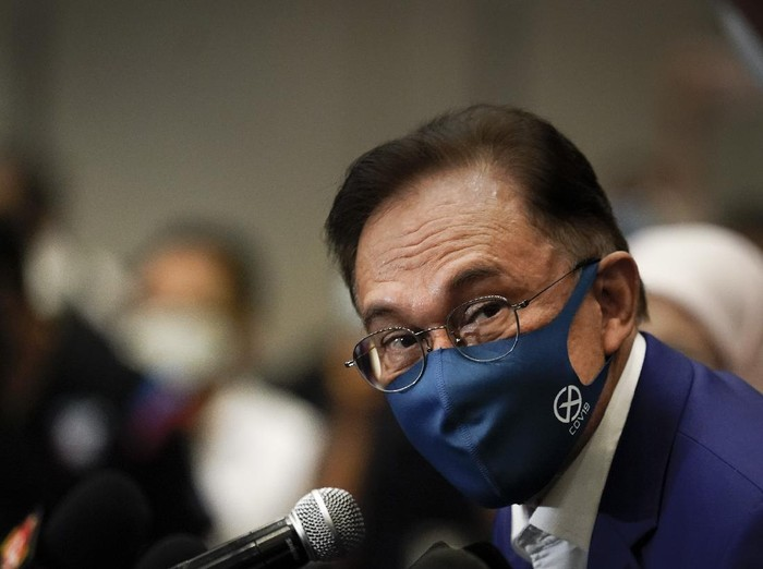 """Malaysian opposition leader Anwar Ibrahim, wearing a face mask to help curb the spread of the coronavirus, prepares for a press conference after meeting the king in Kuala Lumpur, Malaysia, Tuesday, Oct. 13, 2020. Anwar said he would present the monarch with """"strong and convincing"""" documentary evidence of the support he has from lawmakers, which would allow him to unseat Prime Minister Muhyiddin Yassin. (AP Photo/Vincent Thian)"""
