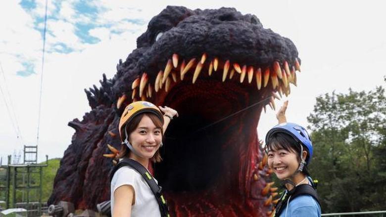 Penonton film Godzilla tentu kenal monster legendaris Jepang ini. Kini monster itu hadir di taman hiburan Jepang. Traveler bisa masuk ke dalam mulutnya.