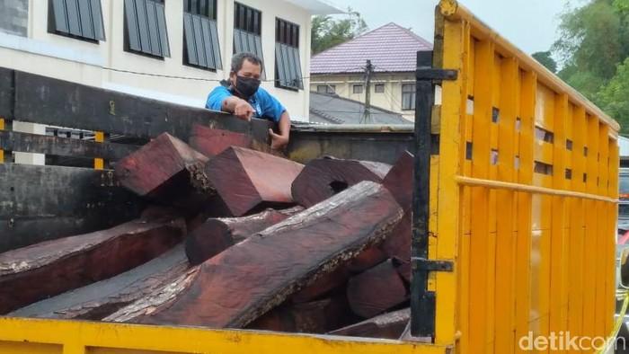 Barang bukti kayu hasil pencurian di Tasikmalaya.