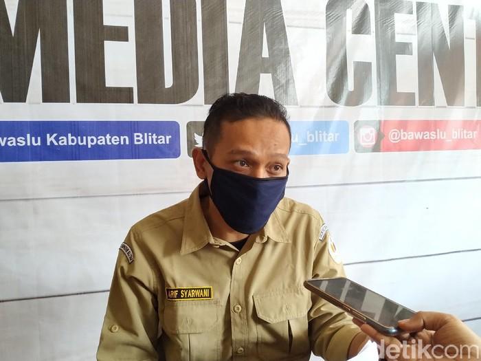 Bawaslu Kabupaten Blitar melaporkan seorang ASN ke Komisi Aparatur Sipil Negara (KASN). Yang bersangkutan berfoto dan menunjukkan simbol dukungan untuk paslon 1 dalam Pilbup Blitar.