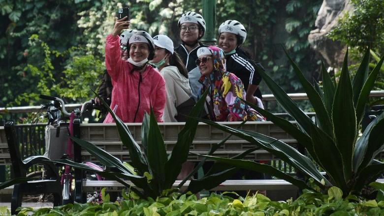 Gubernur DKI Jakarta Anies Baswedan menerapkan PSBB transisi. Tempat wisata, termasuk wisata air, dan bioskop buka lagi, termasuk Kebun Binatang Ragunan.