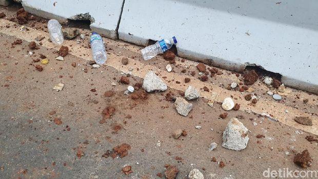 Botol-bebatuan sisa ricuh di Jalan Medan Merdeka Barat (detikcom).