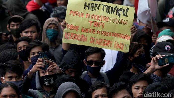 Ada-ada saja ragam tulisan poster yang dibawa para peserta aksi dalam Menolak UU Omnibus Law Cipta Kerja di Jakarta. Ini salah satunya.