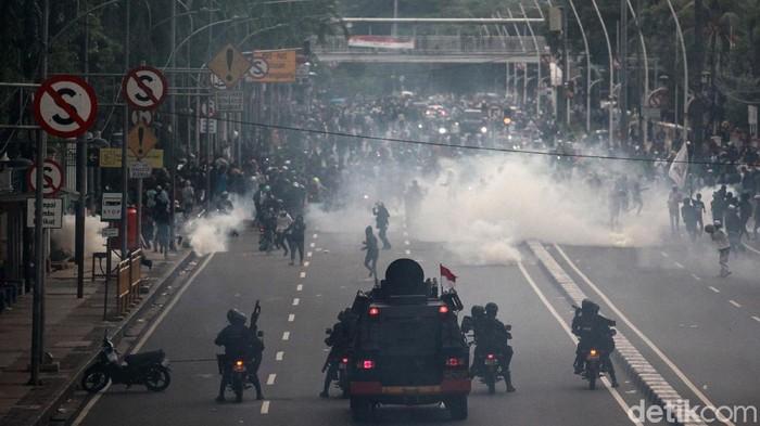 Polisi terus membubarkan massa aksi unjuk rasa berujung rucuh di kawasan Gambir. Massa pun kocar-kacir saat polisi tembakkan gas air mata