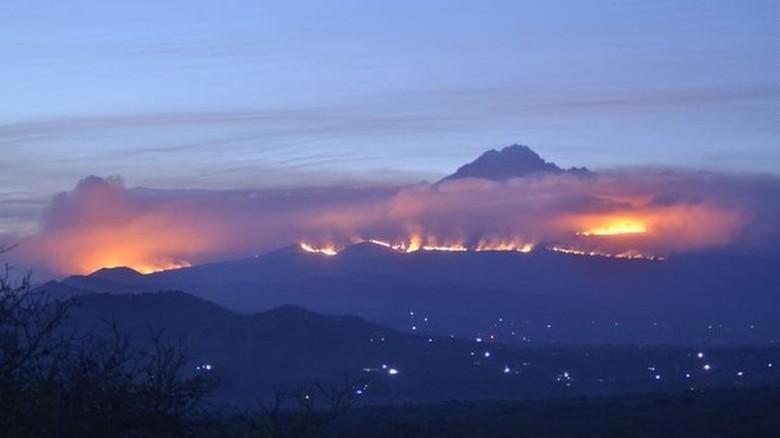 Gunung Kilimanjaro kebakaran