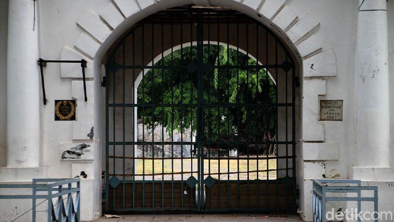 Pengusaha asal Solo Robby Sumampow tutup usia di umur 76 tahun. Tak hanya dikenal sebagai konglomerat, ia juga diketahui memiliki Benteng Vastenburg di Solo.