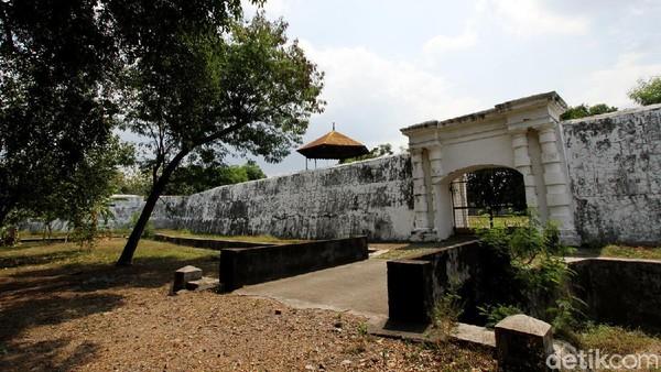Joko Widodo saat masih menjadi Wali Kota Solo pernah berupaya mengembalikan Benteng Vastenburg menjadi milik pemerintah. Namun, hal tersebut terkendala masalah dana. Butuh dana yang sangat besar untuk membelinya kembali dari pengusaha (Agung Mardika/detikTravel)