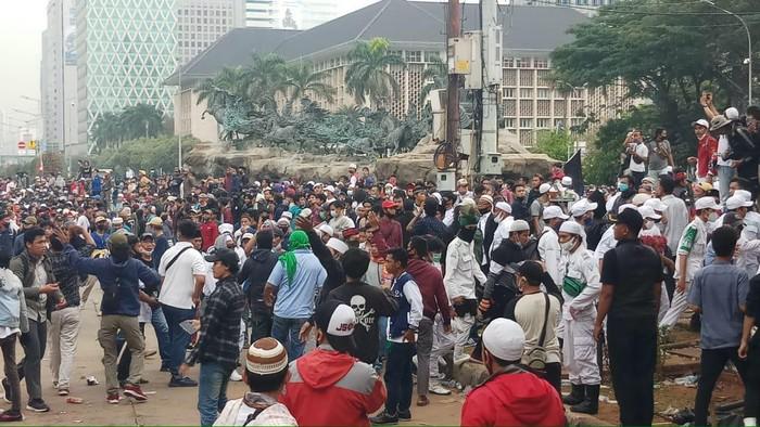 Insiden Lempar Batu-Botol Pecah di Depan Patung Kuda Jakarta Pusat