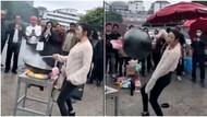 Jago Masak Sambil Atraksi, Wanita Asal China Ini Jadi Viral