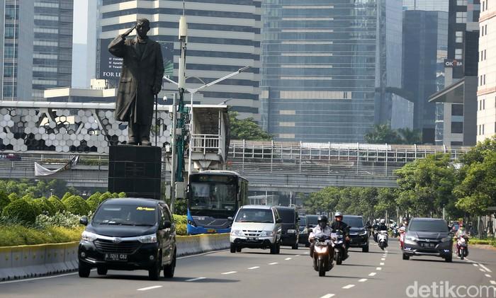 Jelang aksi demo menolak Omnibus Law Ciptaker, lalu lintas di jalan MH Thamrin-Sudirman, Jakarta, terpantau lancar. Begini potretnya.
