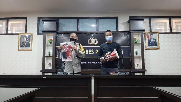 Kapolrestabes saat menunjukkan barang hukti yang diamankan dari Ketua LMND Palembang