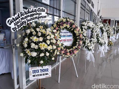 Karangan bunga di rumah duka Robby Sumampow, Solo, Selasa (13/10/2020).