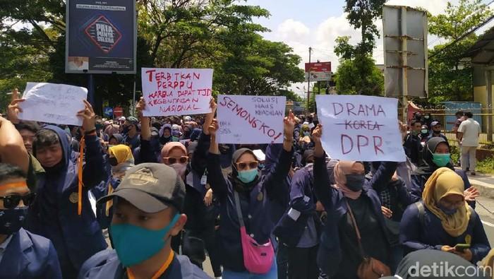 Mahasiswa dari beberapa perguruan tinggi di Kota Magelang, Jateng, gelar demo menolak Omnibus Law UU Cipker. Mereka menggeruduk gedung DPRD Kota Magelang.