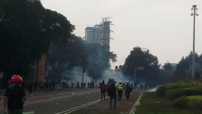Massa Aksi Ricuh Lempari Polisi dengan Batu di Tugu Tani