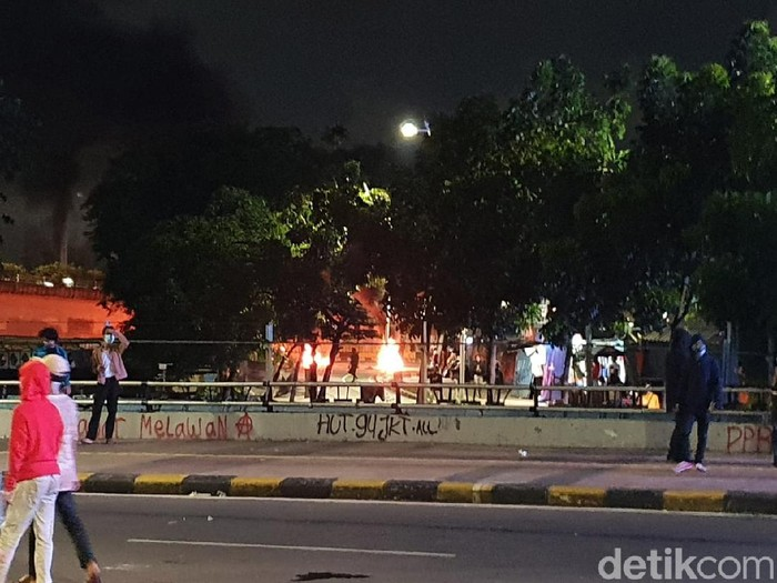 Massa bakar-bakar di Jl Cideng Timur, Jakpus.