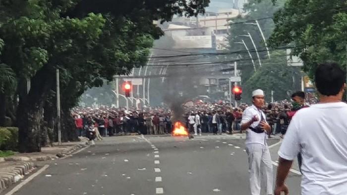 Massa bakar ban dan blokir jalan, polisi tembakan gas air mata