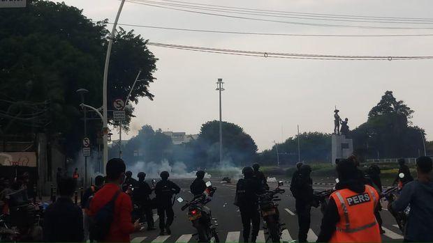 Massa Mundur ke Arah Senen Setelah Dipukul Mundur Polisi
