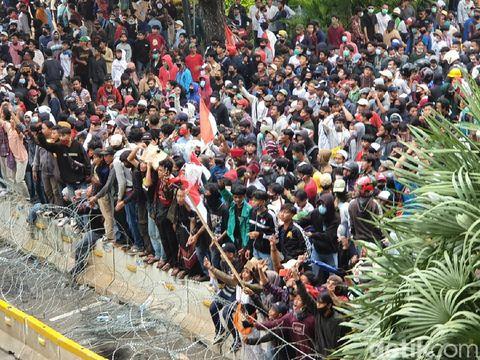 Massa ricuh di sekitar Patung Kuda ditembak gas air mata oleh polisi (Isal Mawardi, Farih Maulana/detikcom)