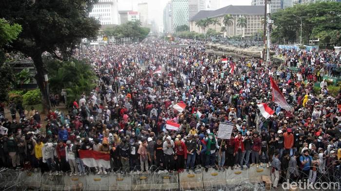Menjelang petang, massa aksi Tolak Omnibus Law yang digelar oleh PA 212 dkk di kawasan Patung Kuda mulai rusuh. Ini potretnya.