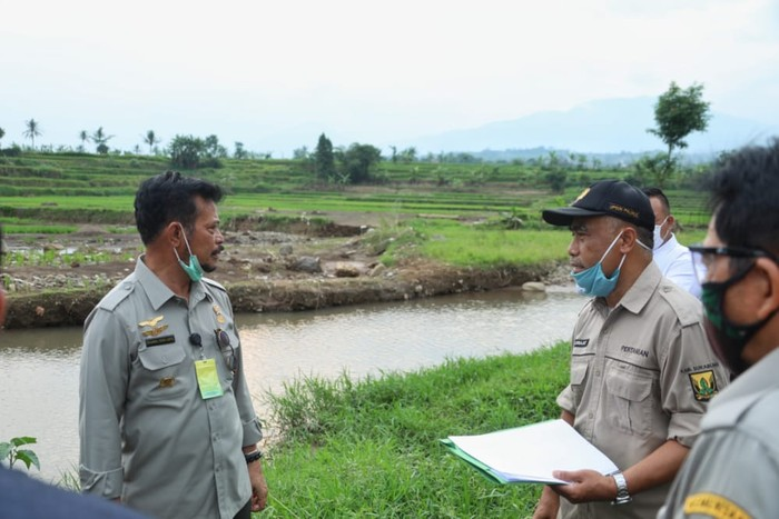 Mentan Syahrul Yasin Limpo saat mengunjungi petani korban banjir di Desa Cisaat, Kecamatan Cicurug, Sukabumi