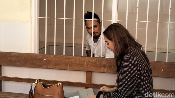 Momen mesra Nora Alexandra suapi Jerinx SID di balik jeruji saat rehat persidangan kasus 'IDI Kacung WHO' (Angga Riza/detikcom)
