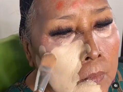 Nenek makeup mirip Elvy Sukaesih