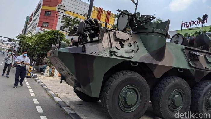Kendaraan lapis baja Anoa milk TNI berjaga di kawasan perdagangan Glodok, Selasa (13/10). Panser disiagakan jelang aksi unjuk rasa menolak omnibus law Cipta kerja.