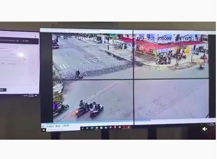 Pemotor Tabrak Kawat Berduri Polisi