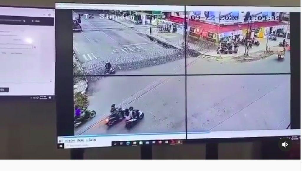 Detik-detik Pemotor Wanita di Palu Tabrak Kawat Berduri