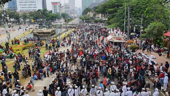 Penampakan Massa Demo Omnibus Law Mulai Ramai di Sekitar Patung Kuda