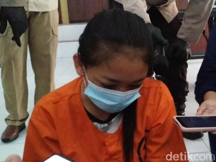 Meski tengah mendekam di sel tahanan Mapolresta Blitar, 5 tersangka kasus narkoba ini tetap berulah. Mereka meminta keluarganya menyelundupkan sabu ke mapolres.