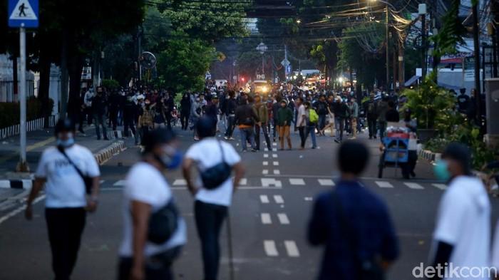 Hingga petang menjelang, polisi masih terus membubarkan massa aksi tolak omnibus law yang berujung ricuh di kawasan Patung Kuda. Berikut potretnya.