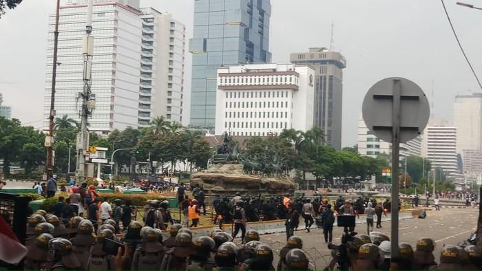 Polisi memukul mundur massa yang ricuh di Patung Kuda ke 3 arah