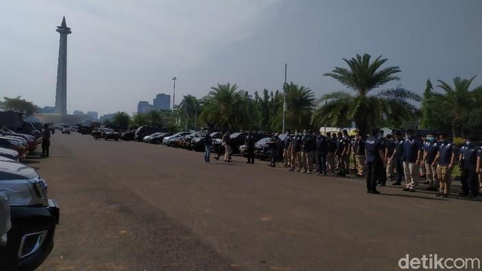 Polisi menyiapkan pengamanan di sekitar Pintu Barat Laut Monas jelang demo PA 212 dkk (Luqman Nurhadi Arunanta/detikcom).