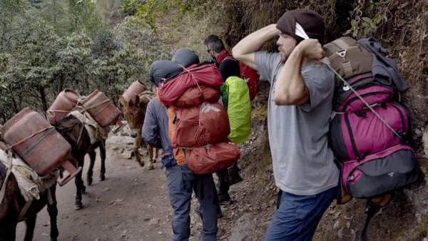 Dalam penggambaran sebagai porter asli, Nate harus mengangkat beberapa tas yang diikat menjadi satu. Ia juga harus tidur di rumah porter yang ramai.