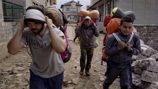 Para porter Gunung Everest harus membayar makanan dan akomodasi mereka sendiri selama ekspedisi. Nate mengatakan beberapa orang hanya makan setengah porsi untuk menekan biaya.